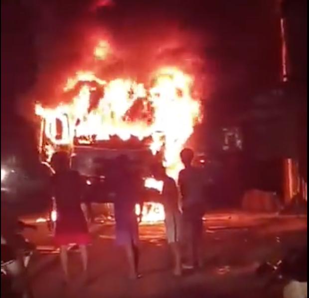 Sau tai nạn khiến người đi xe máy tử vong, xe tải kéo lê xe máy rồi bốc cháy dữ dội - Ảnh 1.