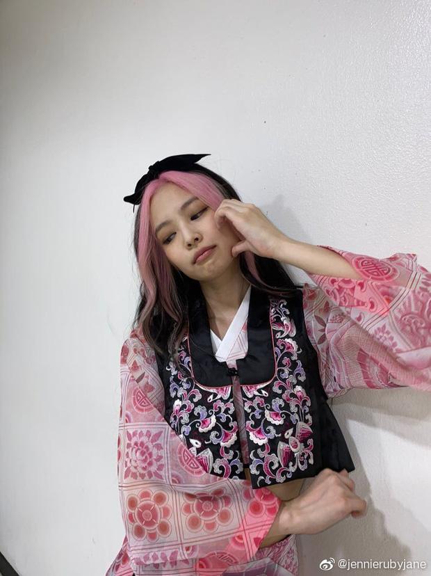 Jennie gây sốt với bài đăng đầu tiên chào fan Trung, hot nhất mái tóc chuẩn BLACKPINK cùng má bánh bao siêu cute - Ảnh 3.