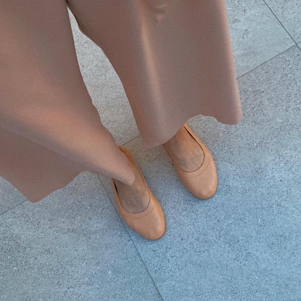 Cứ tưởng Hà Tăng chuyên diện giày đế thấp vì không màng chuyện hack dáng, thực ra cô toàn chọn những đôi siêu kéo chân - Ảnh 1.