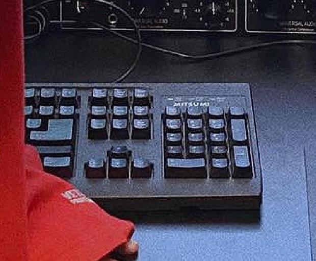 Soi góc làm việc Sơn Tùng M-TP, chủ tịch vẫn dùng bàn phím Mitsumi 120.000 đồng thần thánh nhưng đi kèm lại là chiếc lót chuột hàng hiệu từ Saint Laurent - Ảnh 2.