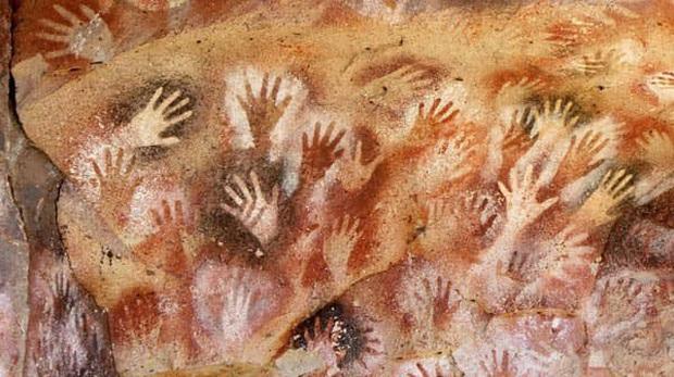 Hang động có hàng nghìn bàn tay kỳ bí in hằn trên vách đá, vô số lý thuyết lý thú được hậu nhân đưa ra để giải mã - Ảnh 1.