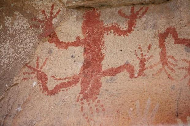 Hang động có hàng nghìn bàn tay kỳ bí in hằn trên vách đá, vô số lý thuyết lý thú được hậu nhân đưa ra để giải mã - Ảnh 2.