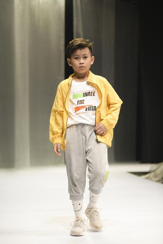 Khánh Vân và Nam Anh làm vedette Tuần lễ Thời trang Trẻ em nhưng chất nhất vẫn là màn nhào lộn của bé Nhím - con nuôi Đỗ Mạnh Cường - Ảnh 11.