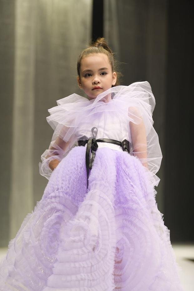 Khánh Vân và Nam Anh làm vedette Tuần lễ Thời trang Trẻ em nhưng chất nhất vẫn là màn nhào lộn của bé Nhím - con nuôi Đỗ Mạnh Cường - Ảnh 12.