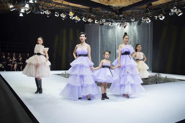 Khánh Vân và Nam Anh làm vedette Tuần lễ Thời trang Trẻ em nhưng chất nhất vẫn là màn nhào lộn của bé Nhím - con nuôi Đỗ Mạnh Cường - Ảnh 15.