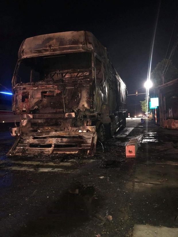 Sau tai nạn khiến người đi xe máy tử vong, xe tải kéo lê xe máy rồi bốc cháy dữ dội - Ảnh 4.