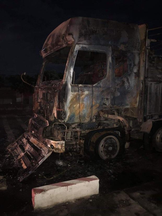 Sau tai nạn khiến người đi xe máy tử vong, xe tải kéo lê xe máy rồi bốc cháy dữ dội - Ảnh 5.