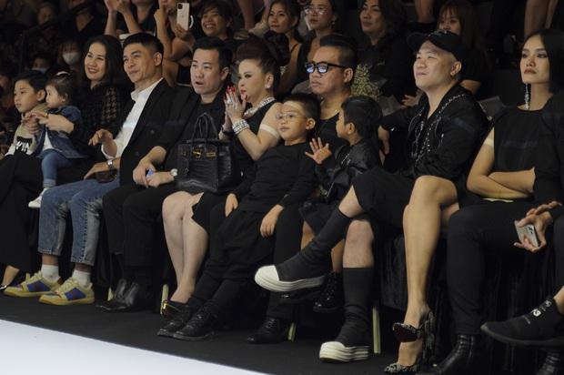 Khánh Vân và Nam Anh làm vedette Tuần lễ Thời trang Trẻ em nhưng chất nhất vẫn là màn nhào lộn của bé Nhím - con nuôi Đỗ Mạnh Cường - Ảnh 4.
