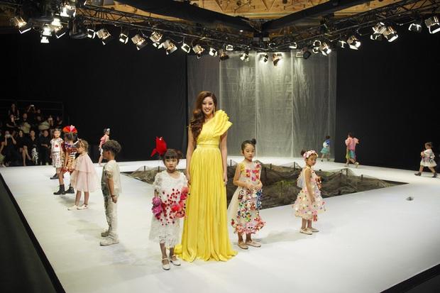 Khánh Vân và Nam Anh làm vedette Tuần lễ Thời trang Trẻ em nhưng chất nhất vẫn là màn nhào lộn của bé Nhím - con nuôi Đỗ Mạnh Cường - Ảnh 6.