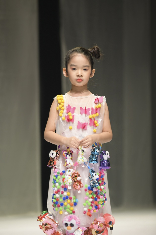 Khánh Vân và Nam Anh làm vedette Tuần lễ Thời trang Trẻ em nhưng chất nhất vẫn là màn nhào lộn của bé Nhím - con nuôi Đỗ Mạnh Cường - Ảnh 7.