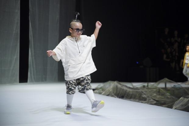 Khánh Vân và Nam Anh làm vedette Tuần lễ Thời trang Trẻ em nhưng chất nhất vẫn là màn nhào lộn của bé Nhím - con nuôi Đỗ Mạnh Cường - Ảnh 9.