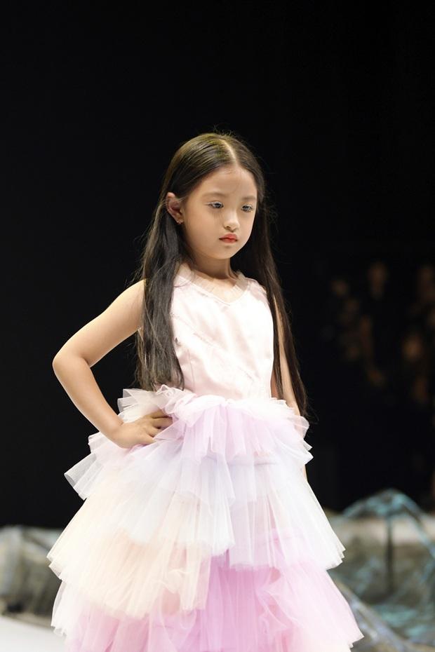 Khánh Vân và Nam Anh làm vedette Tuần lễ Thời trang Trẻ em nhưng chất nhất vẫn là màn nhào lộn của bé Nhím - con nuôi Đỗ Mạnh Cường - Ảnh 10.