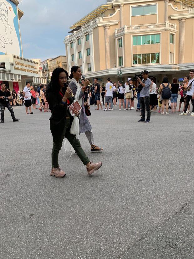 Xôn xao clip diva Thanh Lam, Tùng Dương dẫn đầu đoàn với 200 người vừa đi vừa hát ngay tại phố đi bộ - Ảnh 3.