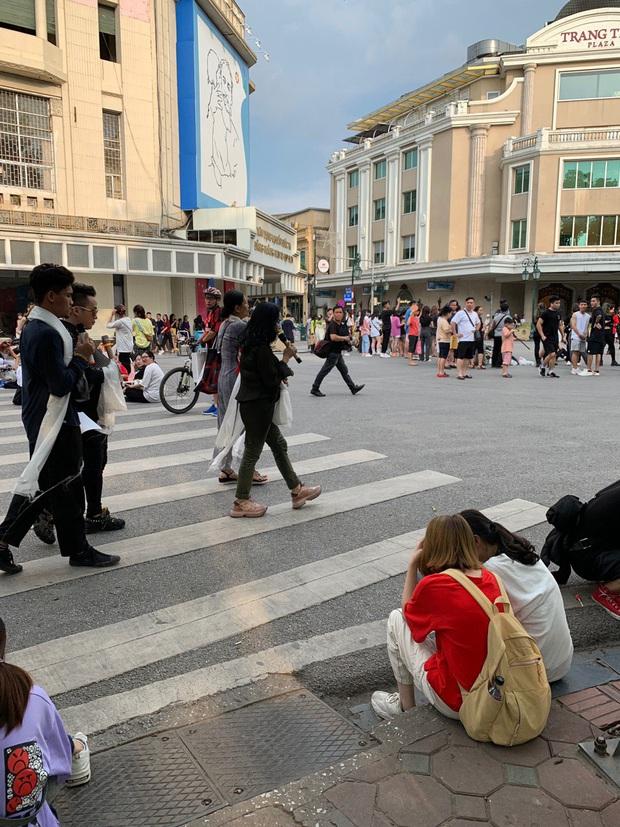 Xôn xao clip diva Thanh Lam, Tùng Dương dẫn đầu đoàn với 200 người vừa đi vừa hát ngay tại phố đi bộ - Ảnh 5.