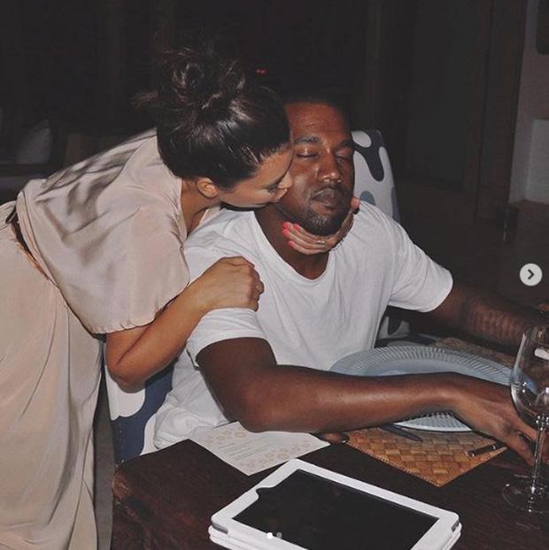 Rapper tranh cử Tổng thống Mỹ Kanye West: Con rể đế chế Kardashian, gây thù với Taylor Swift và cả showbiz - Ảnh 3.