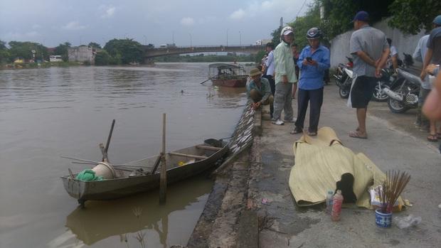 Phát hiện thi thể 3 mẹ con buộc chặt vào nhau nổi trên sông ở Bắc Giang - Ảnh 1.