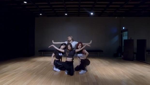 BLACKPINK tung video vũ đạo của How You Like That chuẩn vừa đen vừa hồng, ơn giời không còn tập trong phòng thiếu sáng nữa rồi! - Ảnh 8.