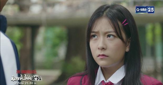 Phim học đường xứ Thái The Underclass mở đầu nhạt như nước lã, mặn mòi nhất chắc là vẻ mặt khó đăm đăm của gái xinh nhà BNK48 - Ảnh 7.