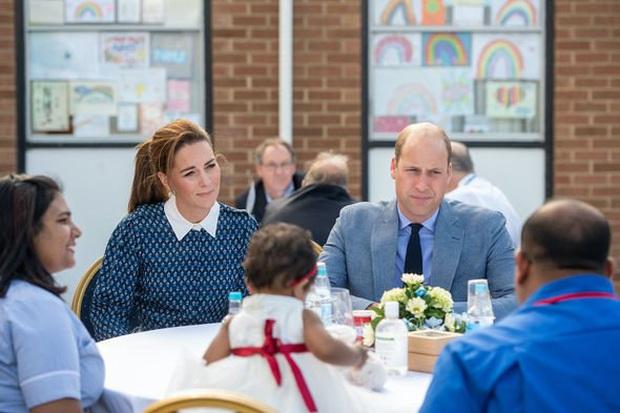 Xuất hiện cực rạng rỡ tại sự kiện mới nhưng cặp vợ chồng mẫu mực nhà Công nương Kate bất ngờ nhận về loạt chỉ trích từ người hâm mộ - Ảnh 2.