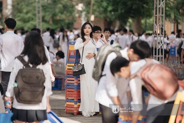 Học trò Chu Văn An (Hà Nội) bịn rịn chia tay trong lễ bế giảng cuối cùng của đời học sinh - Ảnh 4.