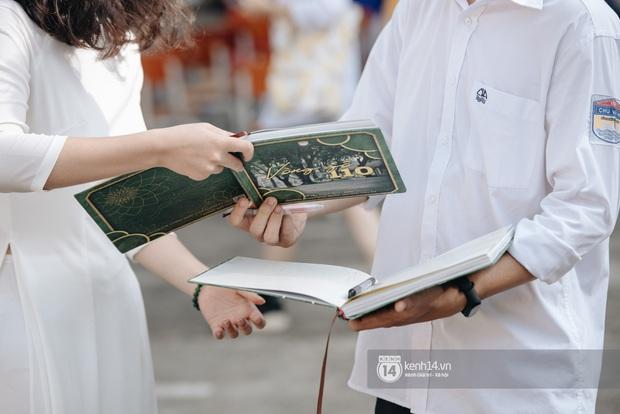 Học trò Chu Văn An (Hà Nội) bịn rịn chia tay trong lễ bế giảng cuối cùng của đời học sinh - Ảnh 2.
