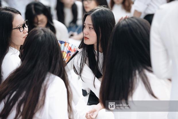 Học trò Chu Văn An (Hà Nội) bịn rịn chia tay trong lễ bế giảng cuối cùng của đời học sinh - Ảnh 11.