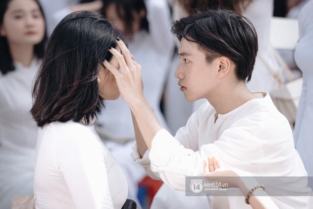 Học trò Chu Văn An (Hà Nội) bịn rịn chia tay trong lễ bế giảng cuối cùng của đời học sinh - Ảnh 10.