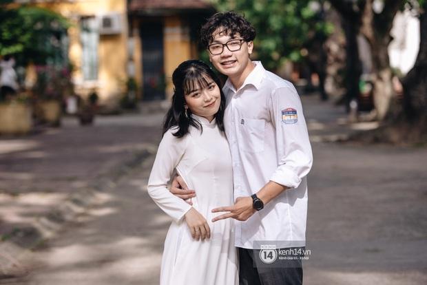 Chàng trai bế thốc bạn gái trao nụ hôn ngọt ngào trong sân trường ngày bế giảng - Ảnh 4.