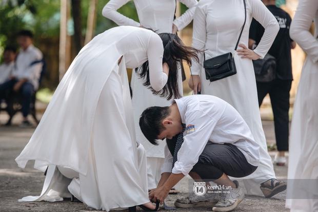 Học trò Chu Văn An (Hà Nội) bịn rịn chia tay trong lễ bế giảng cuối cùng của đời học sinh - Ảnh 9.