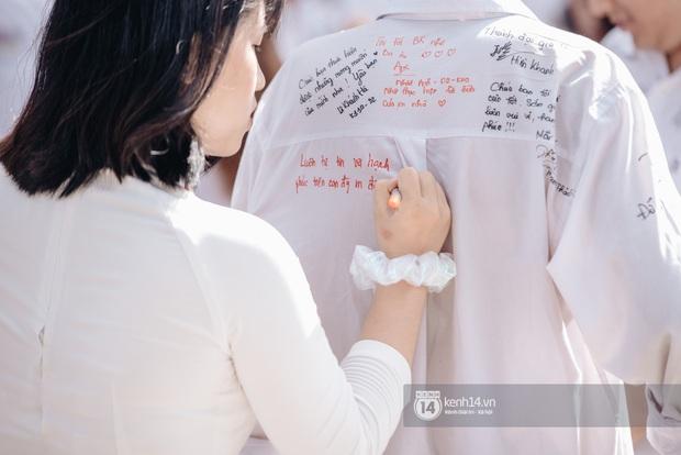 Học trò Chu Văn An (Hà Nội) bịn rịn chia tay trong lễ bế giảng cuối cùng của đời học sinh - Ảnh 12.