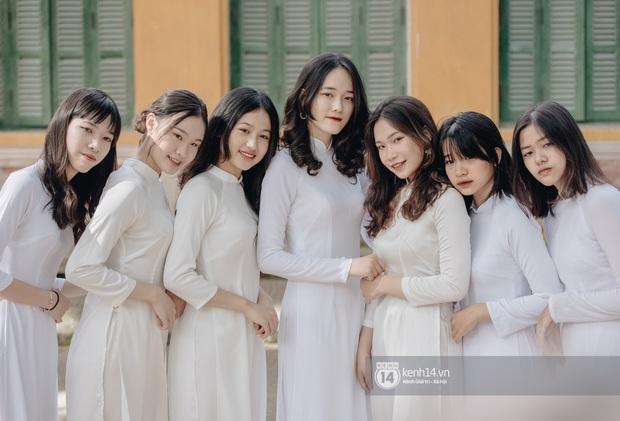 Học trò Chu Văn An (Hà Nội) bịn rịn chia tay trong lễ bế giảng cuối cùng của đời học sinh - Ảnh 1.