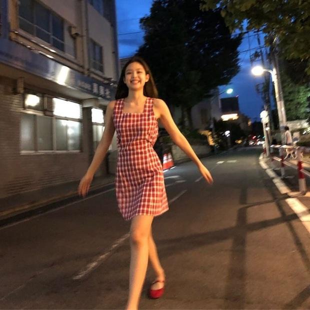 Jennie (BLACKPINK) qua ống kính bạn thân: Ảnh chất lượng thấp nhưng visual chất lượng cao, đứng 1 góc mà sáng bừng con phố - Ảnh 5.