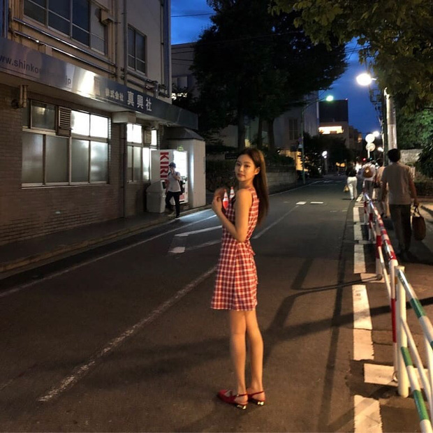 Jennie (BLACKPINK) qua ống kính bạn thân: Ảnh chất lượng thấp nhưng visual chất lượng cao, đứng 1 góc mà sáng bừng con phố - Ảnh 4.