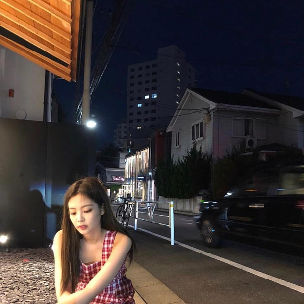Jennie (BLACKPINK) qua ống kính bạn thân: Ảnh chất lượng thấp nhưng visual chất lượng cao, đứng 1 góc mà sáng bừng con phố - Ảnh 3.