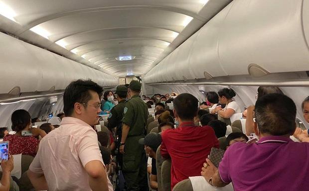 Nam hành khách ở TPHCM lăng mạ tiếp viên, khách xung quanh do tranh giành chỗ bị cấm bay 1 năm - Ảnh 1.