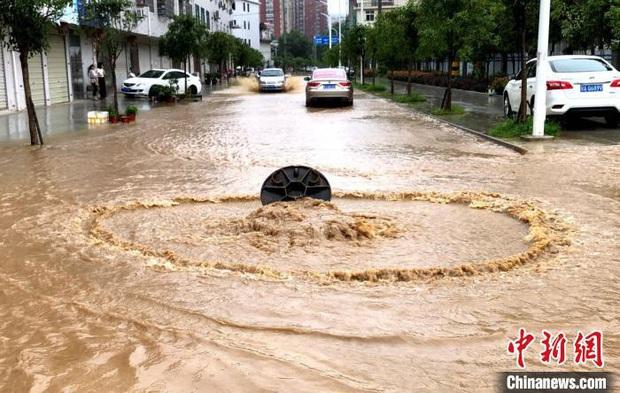 Miền Nam Trung Quốc tiếp tục đợt mưa lớn, Vũ Hán báo động đỏ - Ảnh 2.