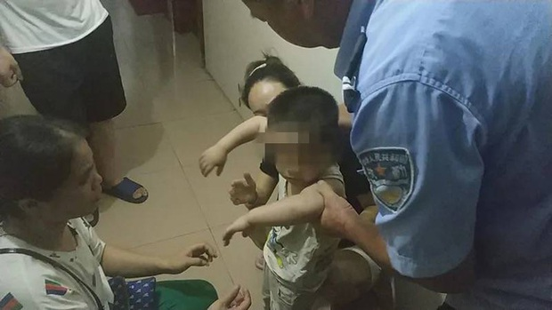 Người đàn ông dũng cảm leo lên 6 tầng lầu để cứu đứa bé 3 tuổi bị mắc kẹt, nhưng cuối cùng phải chờ lính cứu hỏa đến cứu mình - Ảnh 2.