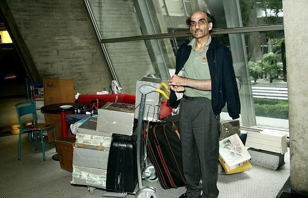 Chuyện kì lạ về người đàn ông mắc kẹt ở sân bay suốt 18 năm: Sống lang thang không nơi nương tựa, đến khi được về lại không chịu về - Ảnh 1.