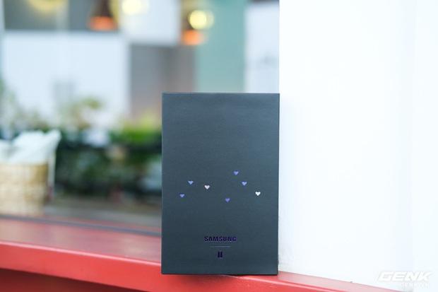 Mở hộp tai nghe Galaxy Buds+ phiên bản BTS: Hộp sản phẩm to bất ngờ, bóc mỏi tay mới biết có nhiều quà kèm theo dành cho A.R.M.Y - Ảnh 1.