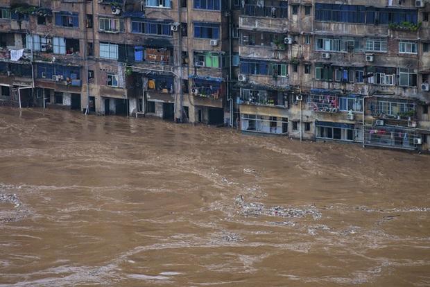 COVID-19 vừa qua, Vũ Hán lại ngập trong biển nước - Ảnh 3.