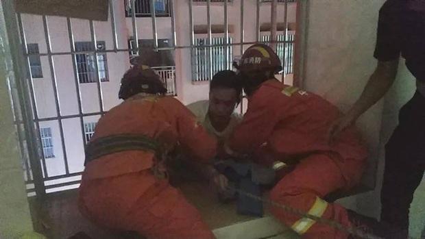 Người đàn ông dũng cảm leo lên 6 tầng lầu để cứu đứa bé 3 tuổi bị mắc kẹt, nhưng cuối cùng phải chờ lính cứu hỏa đến cứu mình - Ảnh 3.