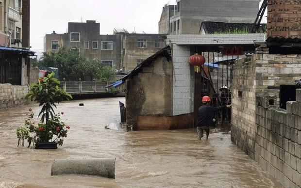 COVID-19 vừa qua, Vũ Hán lại ngập trong biển nước - Ảnh 4.