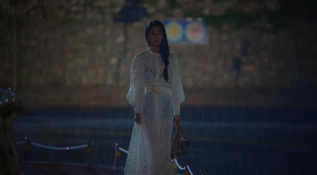 Khùng nữ Seo Ye Ji rất chăm ăn diện nhưng bị cơn mưa to bất ngờ làm lộ phụ tùng ở Điên Thì Có Sao? - Ảnh 2.