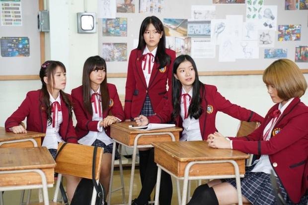 Phim học đường xứ Thái The Underclass mở đầu nhạt như nước lã, mặn mòi nhất chắc là vẻ mặt khó đăm đăm của gái xinh nhà BNK48 - Ảnh 6.