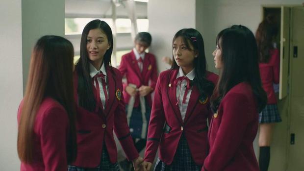 Phim học đường xứ Thái The Underclass mở đầu nhạt như nước lã, mặn mòi nhất chắc là vẻ mặt khó đăm đăm của gái xinh nhà BNK48 - Ảnh 1.