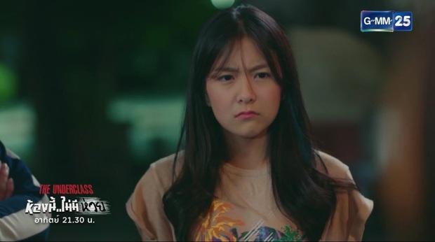 Phim học đường xứ Thái The Underclass mở đầu nhạt như nước lã, mặn mòi nhất chắc là vẻ mặt khó đăm đăm của gái xinh nhà BNK48 - Ảnh 9.