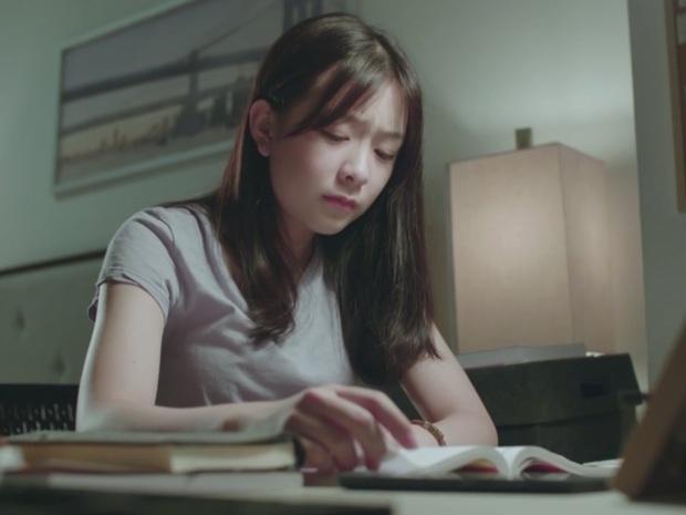 Phim học đường xứ Thái The Underclass mở đầu nhạt như nước lã, mặn mòi nhất chắc là vẻ mặt khó đăm đăm của gái xinh nhà BNK48 - Ảnh 8.