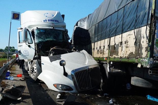 Xe tải tông nhau trực diện, 3 người thương vong - Ảnh 1.