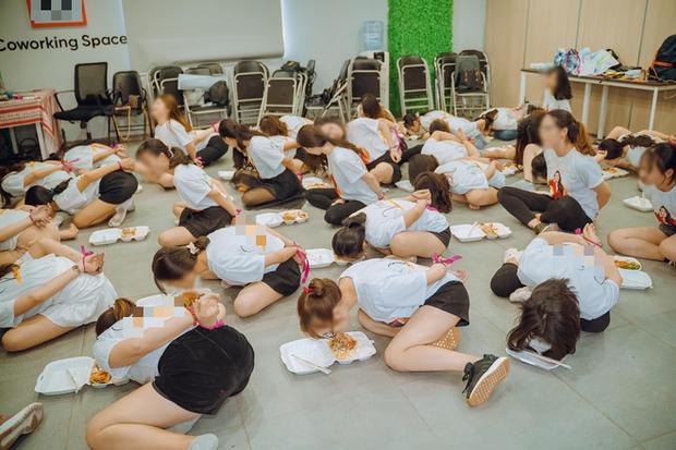 Hình ảnh các cô gái bị trói tai, chật vật nhoài người ăn cơm bằng miệng được chia sẻ trên mạng xã hội