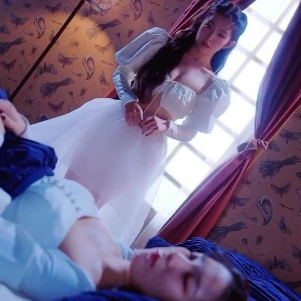 Đụng hàng Lisa cool ngầu nhưng Irene lại xinh như công chúa, vừa khoe được eo vừa lấp ló vòng 1 gợi cảm - Ảnh 5.